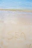 在沙子写的海 免版税图库摄影