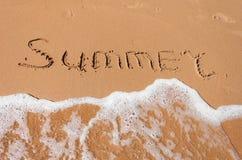 在沙子写的词夏天在海滩 免版税图库摄影