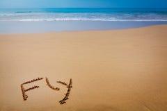 在沙子写的词飞行在热带海滩 图库摄影