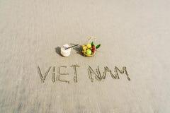 在沙子写的越南 免版税库存图片