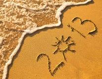 在沙子写的2013年在海滩纹理 免版税库存图片