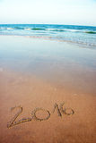 在沙子写的2016年在热带海滩 库存照片