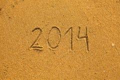 在沙子写的2014年在海滩 免版税库存图片