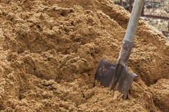 在沙子困住的建筑铁锹 在工作期间的断裂 图库摄影