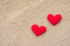 在沙子地板上的红色心脏 免版税图库摄影