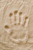 在沙子宏指令照片的Handprint 免版税图库摄影