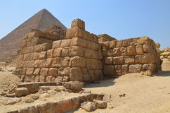 在沙子尘土的金字塔在灰色云彩下 免版税库存图片