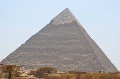 在沙子尘土的金字塔在灰色云彩下 库存图片