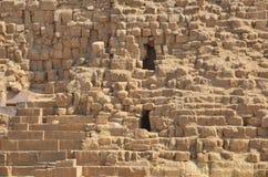在沙子尘土的金字塔在灰色云彩下 免版税库存照片