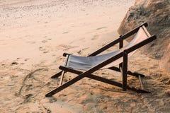 在沙子海滩的一把椅子 图库摄影
