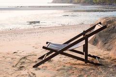 在沙子海滩的一把椅子 免版税图库摄影