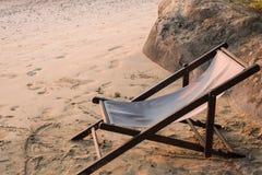在沙子海滩的一把椅子 库存照片