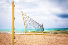 在沙子海滩的排球网在夏天 免版税库存照片