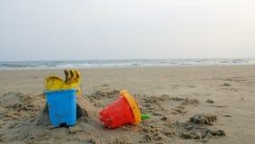 在沙子海滩的玩具与海波浪选择焦点浅景深与夏天 影视素材