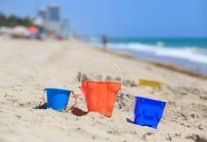 在沙子海滩概念的孩子戏剧 免版税图库摄影