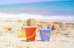 在沙子海滩概念的孩子戏剧 免版税库存照片