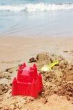 在沙子海滩的塑料儿童玩具 库存照片
