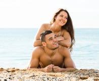 在沙子海滩的夫妇 库存照片