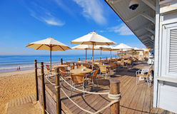 在沙子海滩的室外大阳台咖啡馆 免版税库存图片