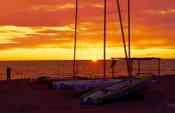 在沙子海滩的小船在日落期间 库存照片