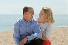 在沙子海滩的成熟夫妇 免版税库存照片
