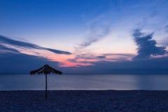 在沙子海滩的日落 图库摄影
