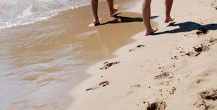 在沙子海滩的步行 库存图片