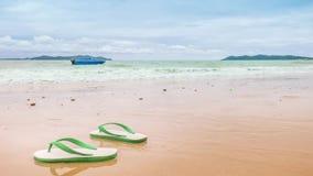 在沙子海滩的泡沫凉鞋与波浪 影视素材