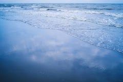 在沙子海滩的波浪,背景材料 免版税库存图片