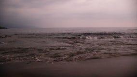 在沙子海滩的海浪在日落Kona夏威夷以后 影视素材