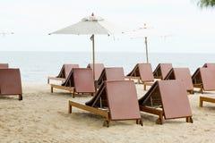 在沙子海滩的海滩睡椅和伞 休息的, relaxa概念 库存图片