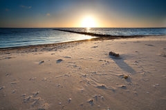 在沙子海滩的温暖的日落在北海 图库摄影