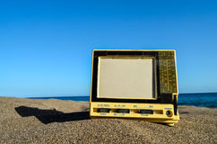 在沙子海滩的电视 免版税库存照片