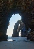 在沙子海滩的自然曲拱 免版税图库摄影