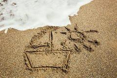 在沙子海滩绘的船 免版税图库摄影