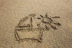 在沙子海滩绘的船 免版税库存图片