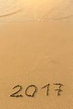 2017 - 在沙子海滩的题字 免版税库存图片