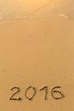 2016 - 在沙子海滩的题字 库存图片
