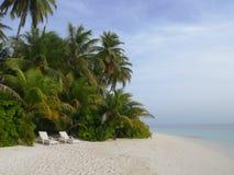 在沙子海滩的2张白色海滩睡椅热带海岛 库存照片