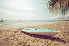 在沙子热带海滩的风船在夏天 库存图片