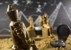 在沙子特写镜头的古老小雕象 免版税库存照片