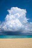 在沙子白色的海滩大云彩海洋 免版税库存照片