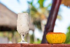在沙子的一块玻璃在桌,巴拉德罗角,马坦萨斯,古巴上 特写镜头 免版税图库摄影