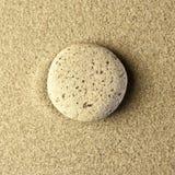 在沙子的一块石头 免版税库存图片