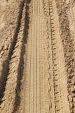 在沙子的一条轮胎轨道 库存图片