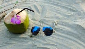 在沙子的一coconu 免版税图库摄影