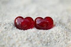 在沙子的两红色心脏 库存照片