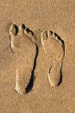 在沙子的二个脚印从上面 免版税库存图片