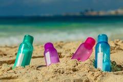 在沙子的五颜六色的瓶 免版税库存图片