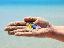 在沙子的人的手 库存图片